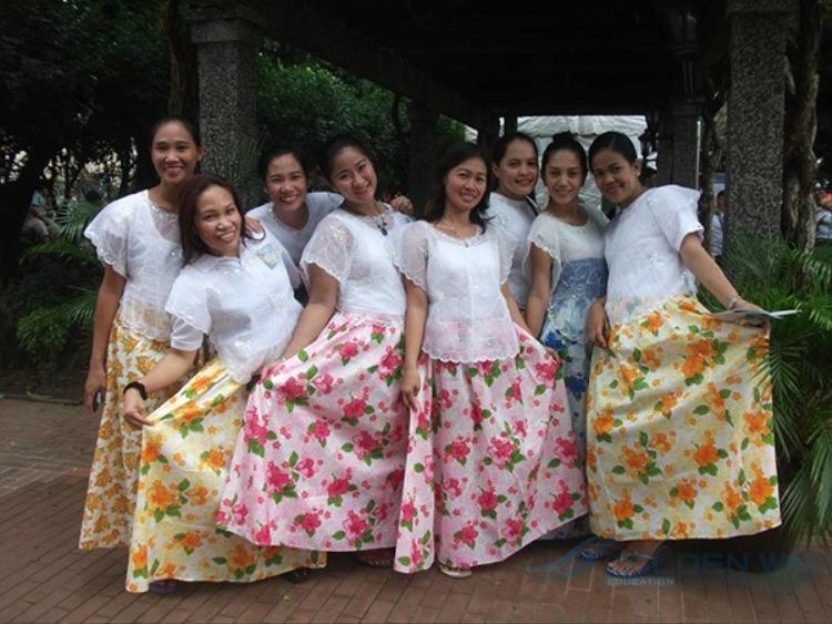 Trái lại trang phục của nữ được may bằng loại vải cứng hơn và màu sắc hơn.