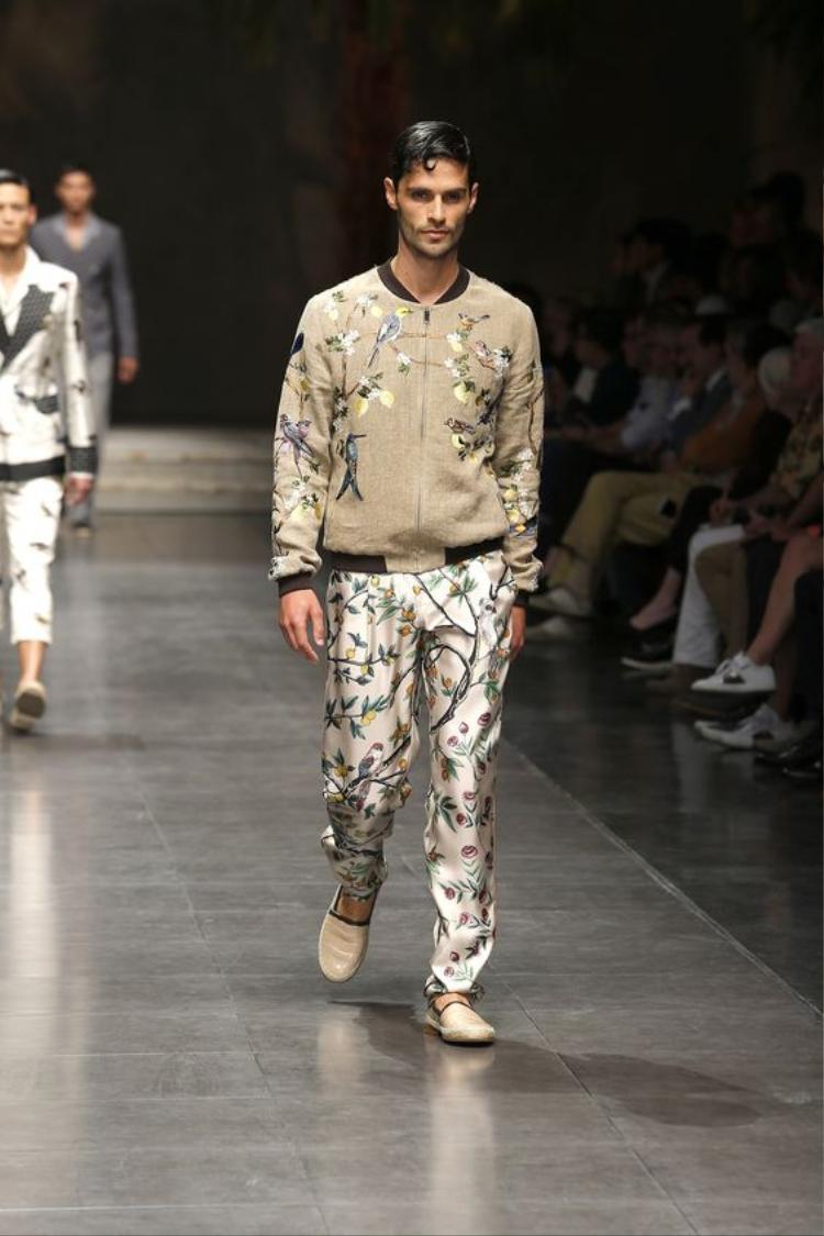 Một cách mix khá hay giữa áo khoác bomber hoa cùng quần lụa bóng in họa tiết.