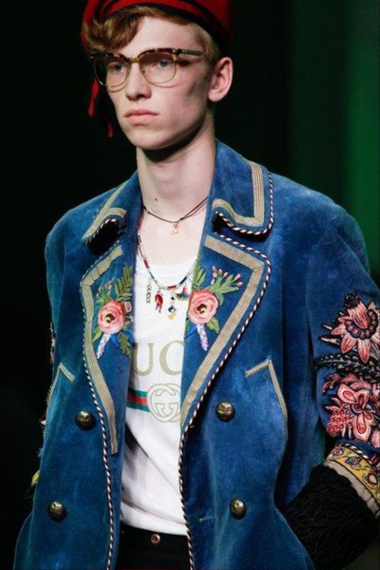 Chiếc áo vest nhung xanh thêu hoa của Gucci sẽ là lựa chọn lí tưởng cho chàng khi du xuân trong ba ngày Tết.
