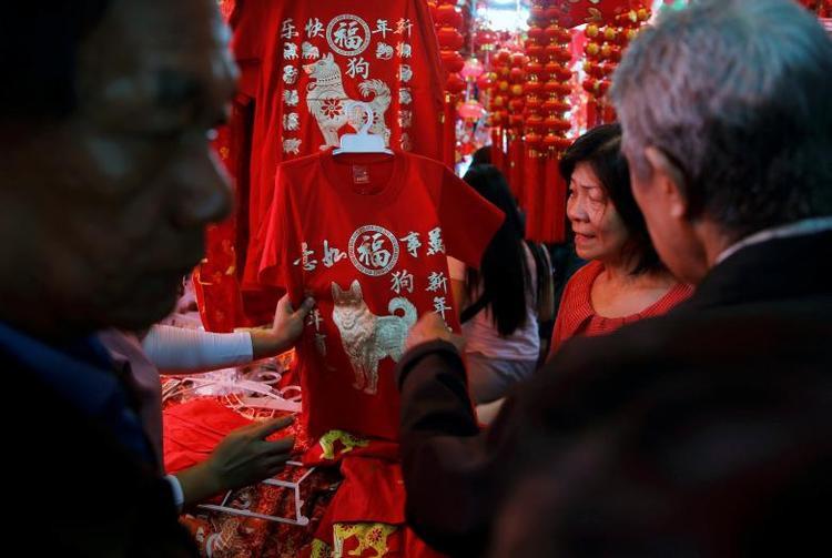 Ngoài đèn lồng, các vật dụng trang trí, các gian hàng ở khu chợ Glodok tại Jakarta, Indonesia, còn bày bán áo phông đỏ có in hình linh vật năm Mậu Tuất.
