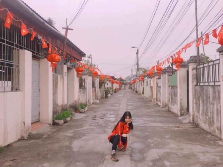 Không chỉ đường lớn ở thành phố mà ngay cả ngõ nhỏ, những con đường làng cũng được treo cờ, đèn lồng đỏ để chào đón năm mới. Ảnh Trà My.
