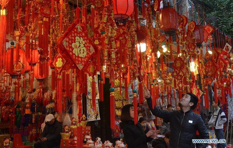 Người dân tại thủ đô Hà Nội cũng nô nức mua đồ về trang trí nhà cửa trong dịp Tết Nguyên đán.
