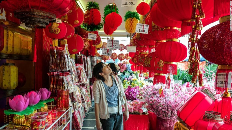 Một số cửa hàng của người Hoa tại Malaysia bày bán đèn lồng, đồ trang trí Tết để phục vụ cho người dân Trung Quốc đang sinh sống ở đây.