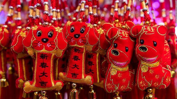 Những chiếc túi nhỏ xinh hình linh vật năm Mậu Tuất được bày bán tại Khu Phố Tàu ở Kuala Lumpur, Malaysia.