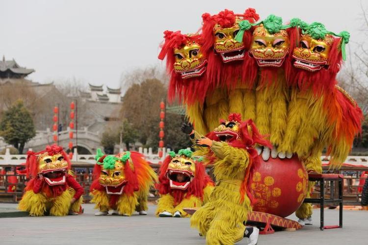 Màn múa lân chào đón Tết Nguyên đán ở Khu phố cổ Đài Nhi Trang, thị trấn Tảo Trang, tỉnh Sơn Đông, Trung Quốc.