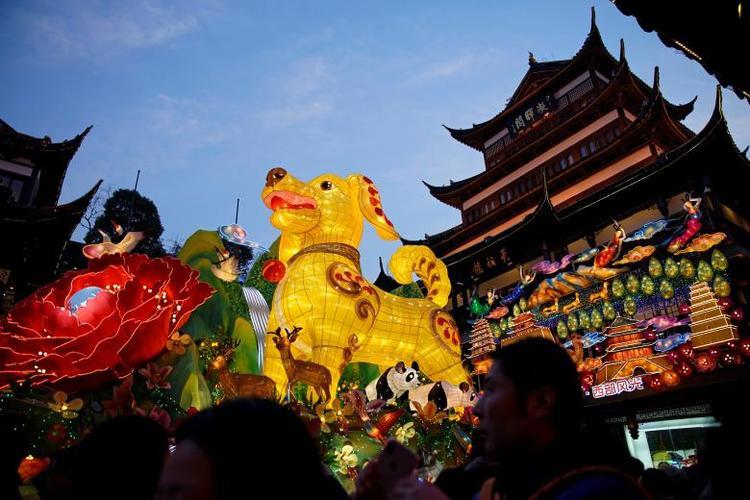 Những chiếc lồng đèn khổng lồ đủ màu sắc được thắp sáng ở Thượng Hải, Trung Quốc.