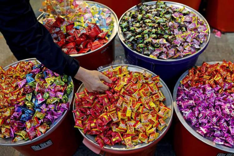 Người dân mua bánh kẹo bán theo cân về ăn Tết ở khu chợ Đài Bắc, Đài Loan.Năm nay, người dân Đài Loan có kỳ nghỉ Tết dài 6 ngày, từ ngày 15/2 tới ngày 20/2.