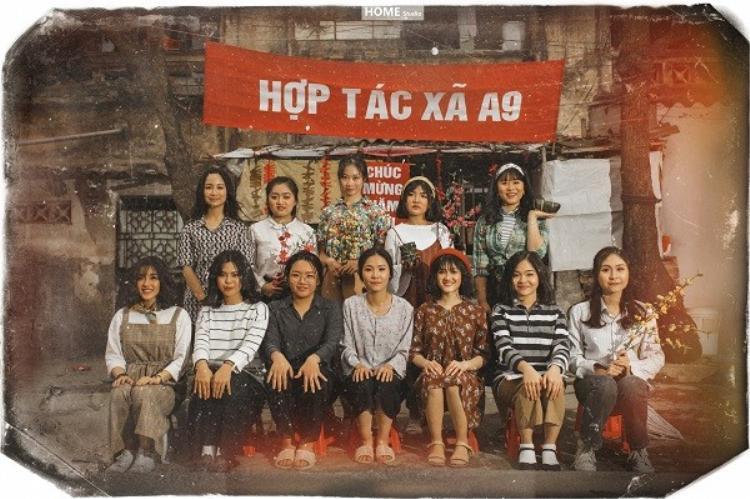 """Hợp tác xã 9A cùng chụp hình kỷ niệm trong dịp Tết đang cận kề. Khu tập thể cũ trong nội thành TP Hải Dương được chọn làm """"nền"""" cho bộ ảnh kỷ yếu độc đáo."""