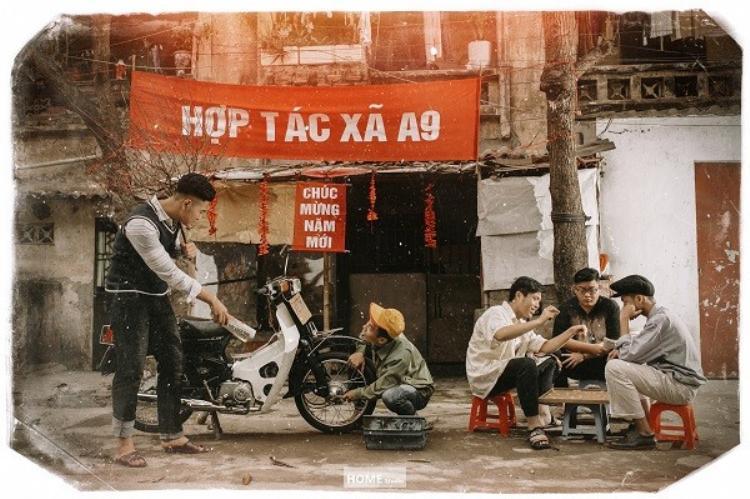 Những hình ảnh cuộc sống quen thuộc của người Việt ngày Tết như mua đào, đánh cờ đầu ngõ, sửa xe… đều được khắc họa chân thực.
