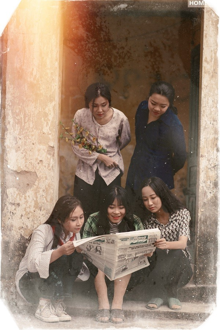 Chị em tranh thủ đọc báo, xem tin tức hằng ngày.