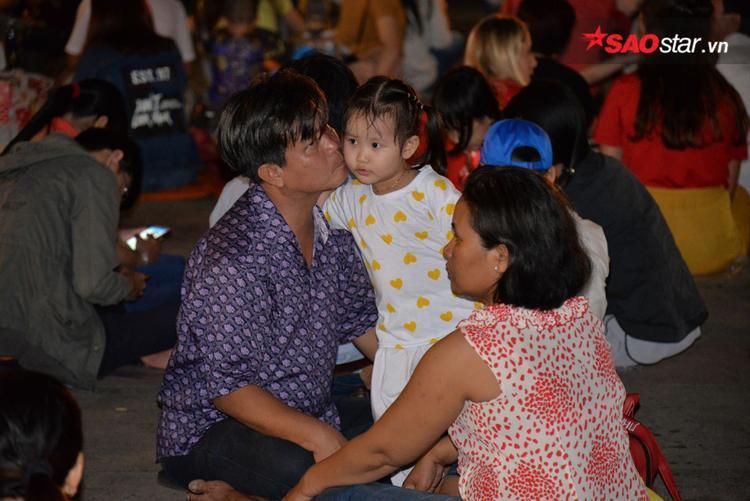 Các em bé cùng bố mẹ đợi xem pháo hoa.