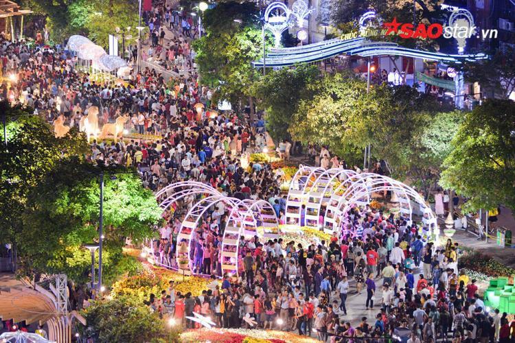 Đường hoa Nguyễn Huệ tập trung rất đông người dân trước thềm năm mới.