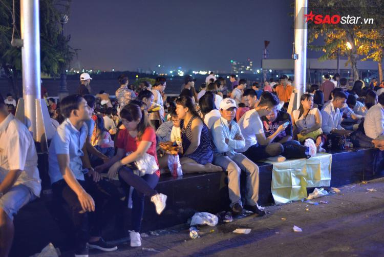 Người Sài Gòn đổ ra đường chào đón năm mới Mậu Tuất 2018