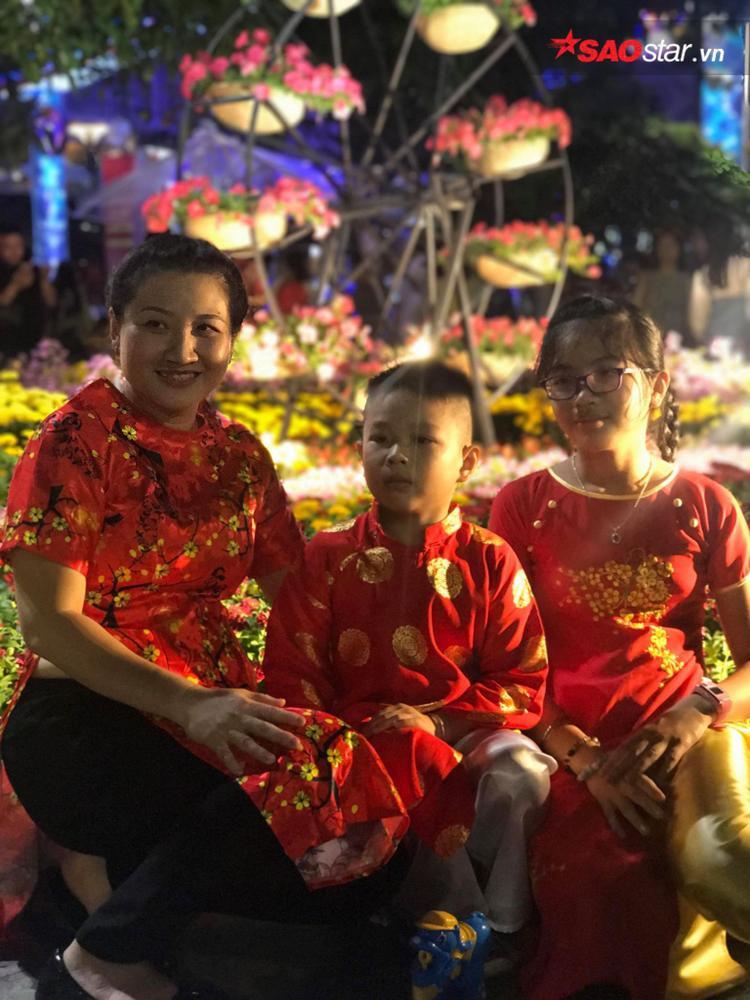 Ba mẹ con vui xuân, chụp ảnh kỷ niệm tại đường hoa.