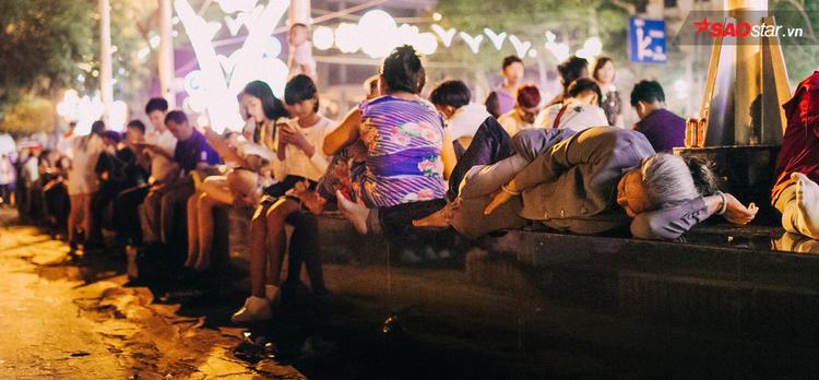 Các gia đình tập trung ở bến Bạch Đằng ngồi chờ xem pháo hoa.