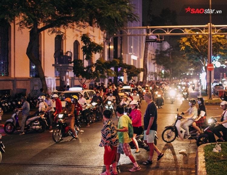 10 giờ tối, giao thông trên đường Tôn Đức Thắng vẫn trôi chảy.