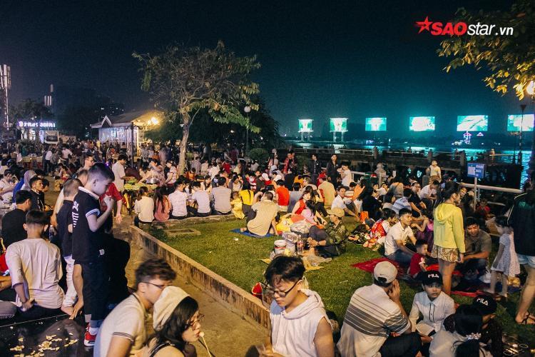 Hàng nghìn người mang chiếu ra đường, ngồi canh pháo hoa trong đêm giao thừa