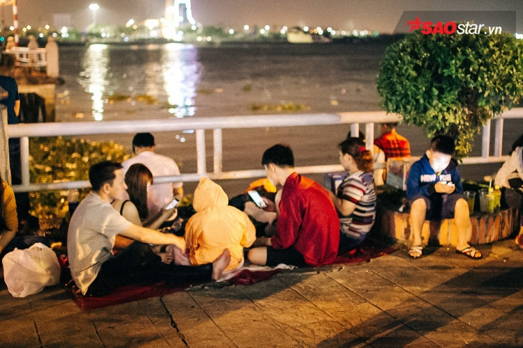 Và đây là cảnh mọi người ngồi đợi đến thời khắc chuyển giao sang năm mới.