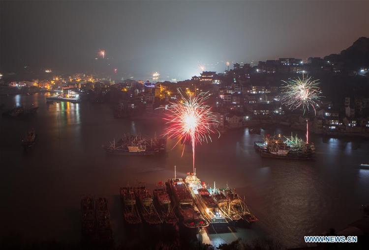 Pháo hoa được bắn trong đêm giao thừa ở cảng đánh cá Shitang, Ôn Lĩnh, Chiết Giang, Trung Quốc.