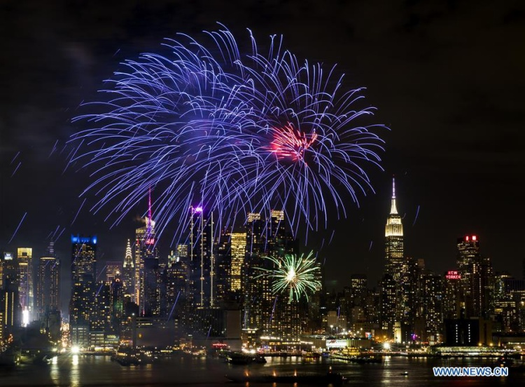 Dù đang ở nơi đất khách quê người nhưng người Trung Quốc sinh sống tại Weehawken, bang New Jersey, Mỹ, vẫn bắn pháo hoa để chào đón năm Mậu Tuất 2018.