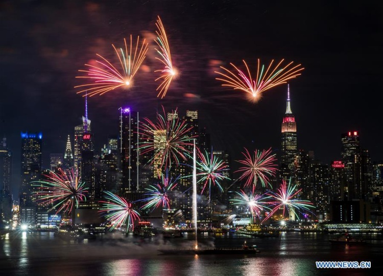 Do chênh lệch múi giờ nên người dân Trung Quốc sống tại Mỹ đã bắn pháo hoa vào đêm 14/2.