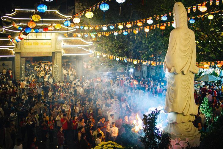 Khung cảnh hàng nghìn người đổ về chùa dù đã 2h sáng.