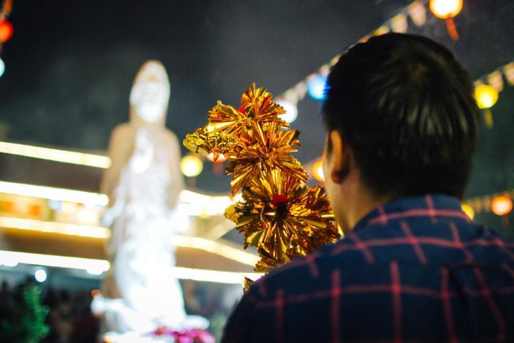 Không khí linh thiêng tràn ngập dù rất đông lượng khách đổ về chùa.