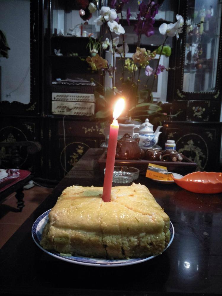 Chiếc bánh sinh nhật mang dư vị ngày Tết.