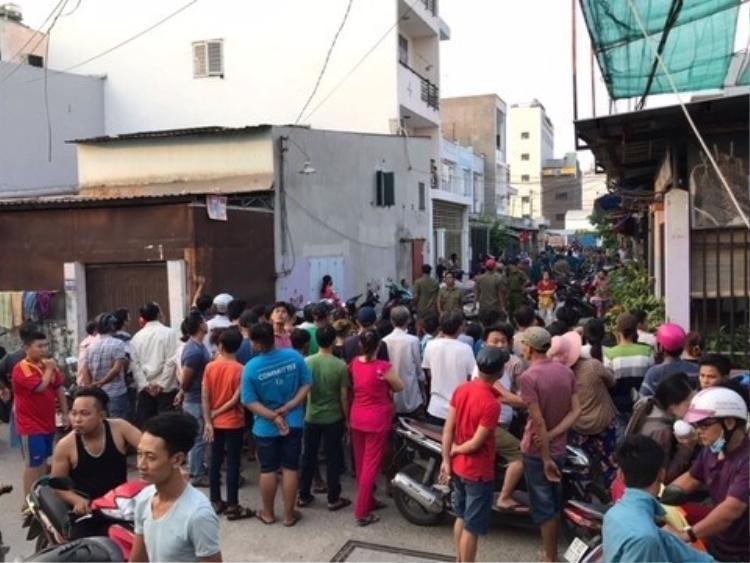 Người dân tập trung đông xung quanh hiện trường vụ thảm sát. Ảnh: Ngọc An.