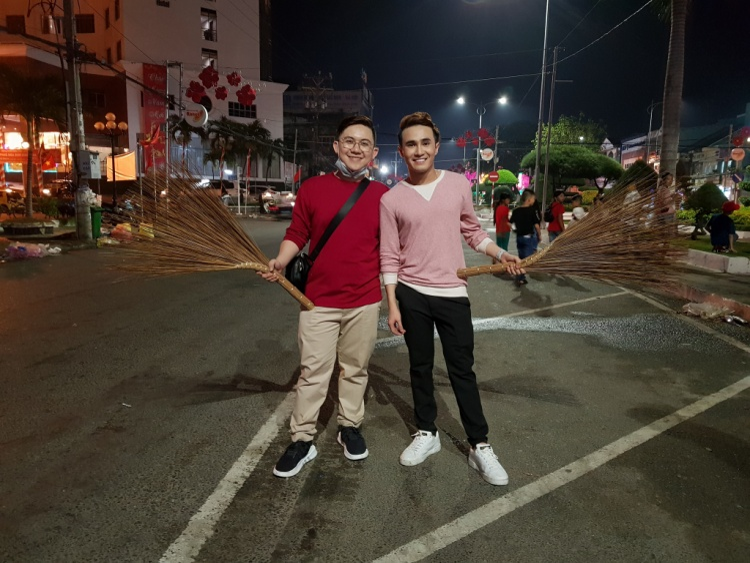 Huỳnh Lập - Hồng Tú và một số người bạn quyết định xuống đường quét rác sau đêm Giao thừa.