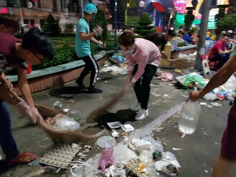 Huỳnh Lập xắn tay áo cùng các bạn fan dọn dẹp đường phố.