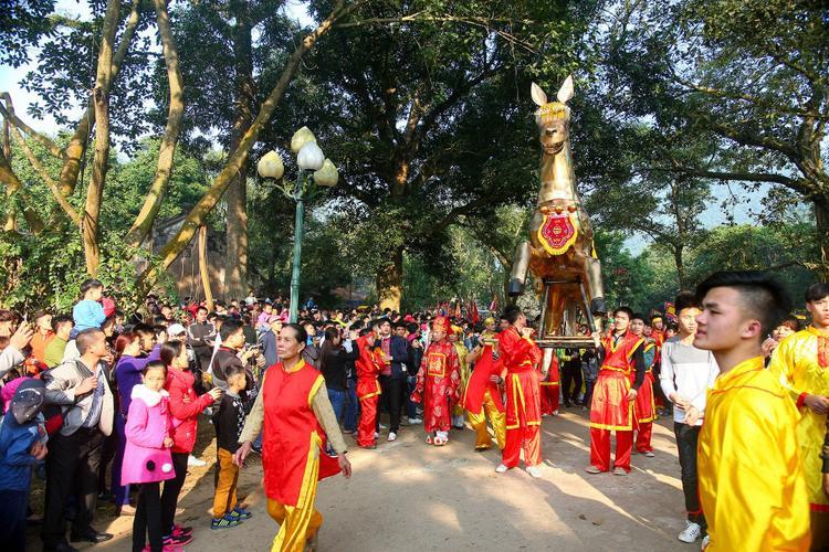 Lễ rước ngựa - vật tượng trưng cho ngựa sắt của Thánh Gióng trong lễ hội.