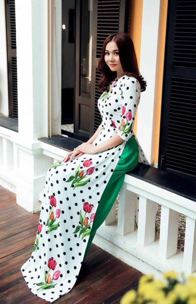 Bên cạnh họa tiết chấm bi tà áo dài còn được điểm xuyến bằng những họa tiết hoa, lá. Siêu mẫu Thanh Hằng diện áo dài họa tiết hoa tulip rực rỡ kết hợp chấm bi đen trên nền vải trắng khá nổi bật.