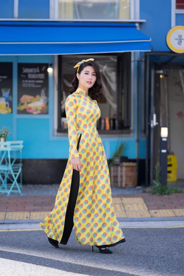 Áo dài truyền thống là trang phục không thể thiếu của những phụ nữ Việt. Ngoài những chất liệu và họa tiết áo dài thông dụng thì chất liệu nhung với những họa tiếthoa chấm bi và hoa li ti sẽ khiến cho chủ nhân của chiếc áo dài trở nên lung linh hơn và hòa mình vào muôn sắc mùa xuân.