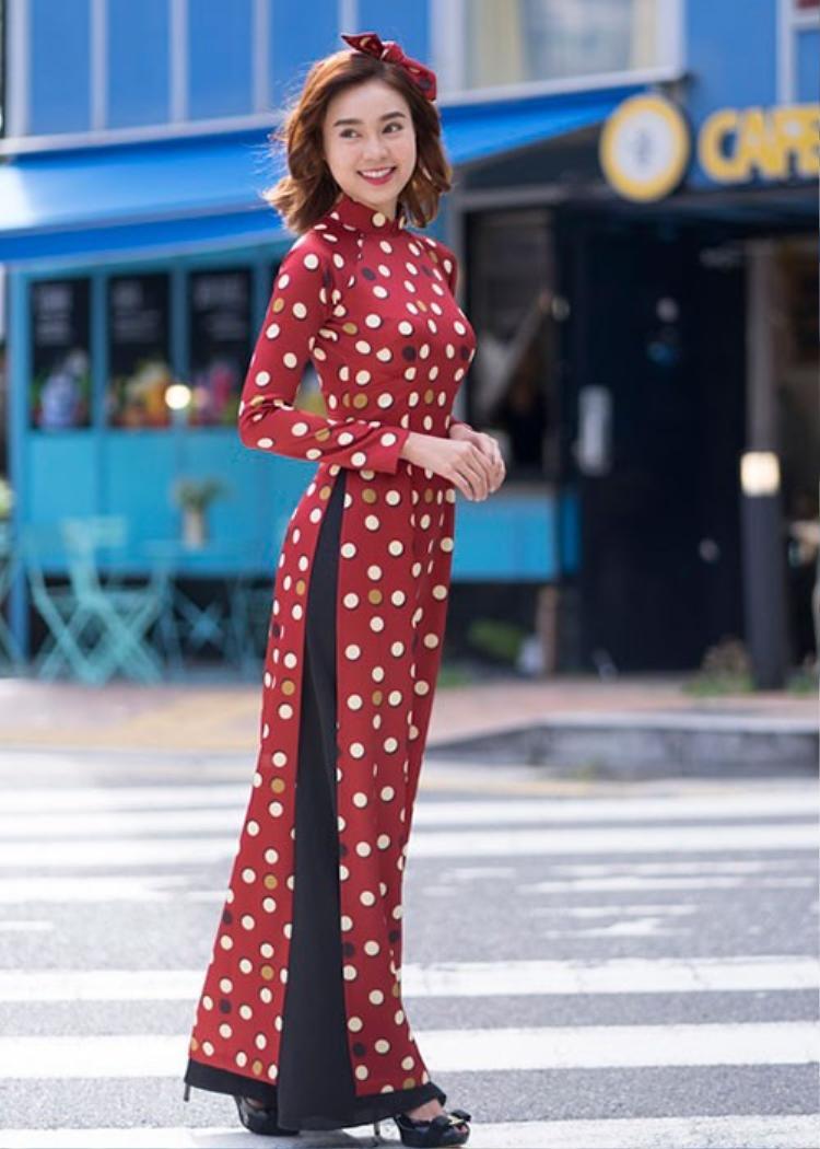 Sự chăm chút trong việc lựa chọn họa tiết chấm bi cổ điển nhưng hiện đại trong cách phối cùng với khăn cột đã giúp cho các quý cô Sài Thành thêm phần độc đáo và tươi trẻ hơn.