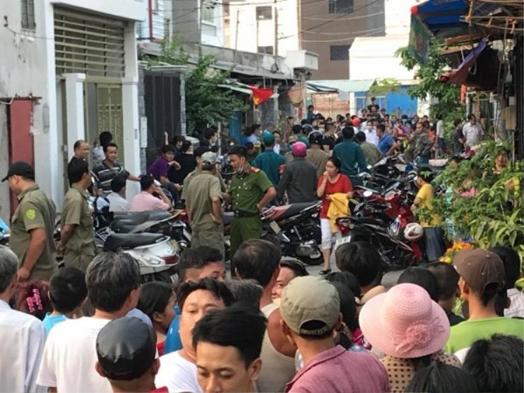 Rất đông người dân tập trung tại hiện trường vụ án mạng kinh hoàng chiều 30 Tết.