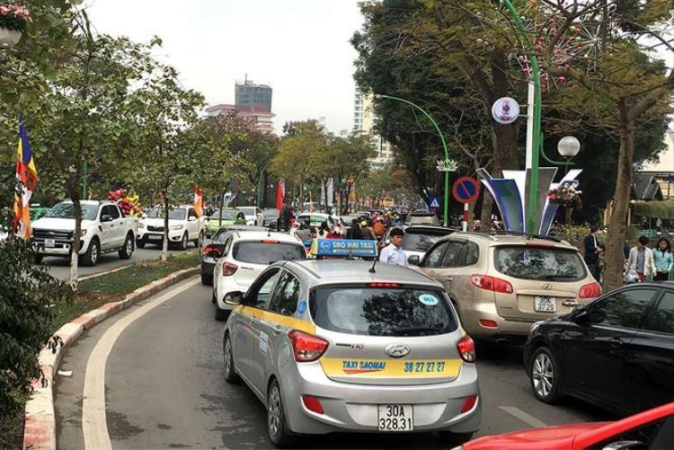Các phương tiện phải mất 10-15 phút mới có thể đi qua được điểm ùn tắc. Ảnh: Tiền Phong.