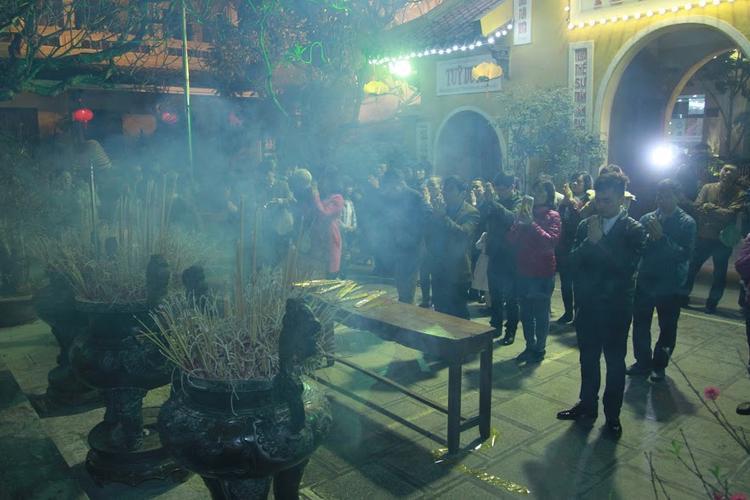 Người dân đi lễ chùa ngay trong đêm giao thừa.