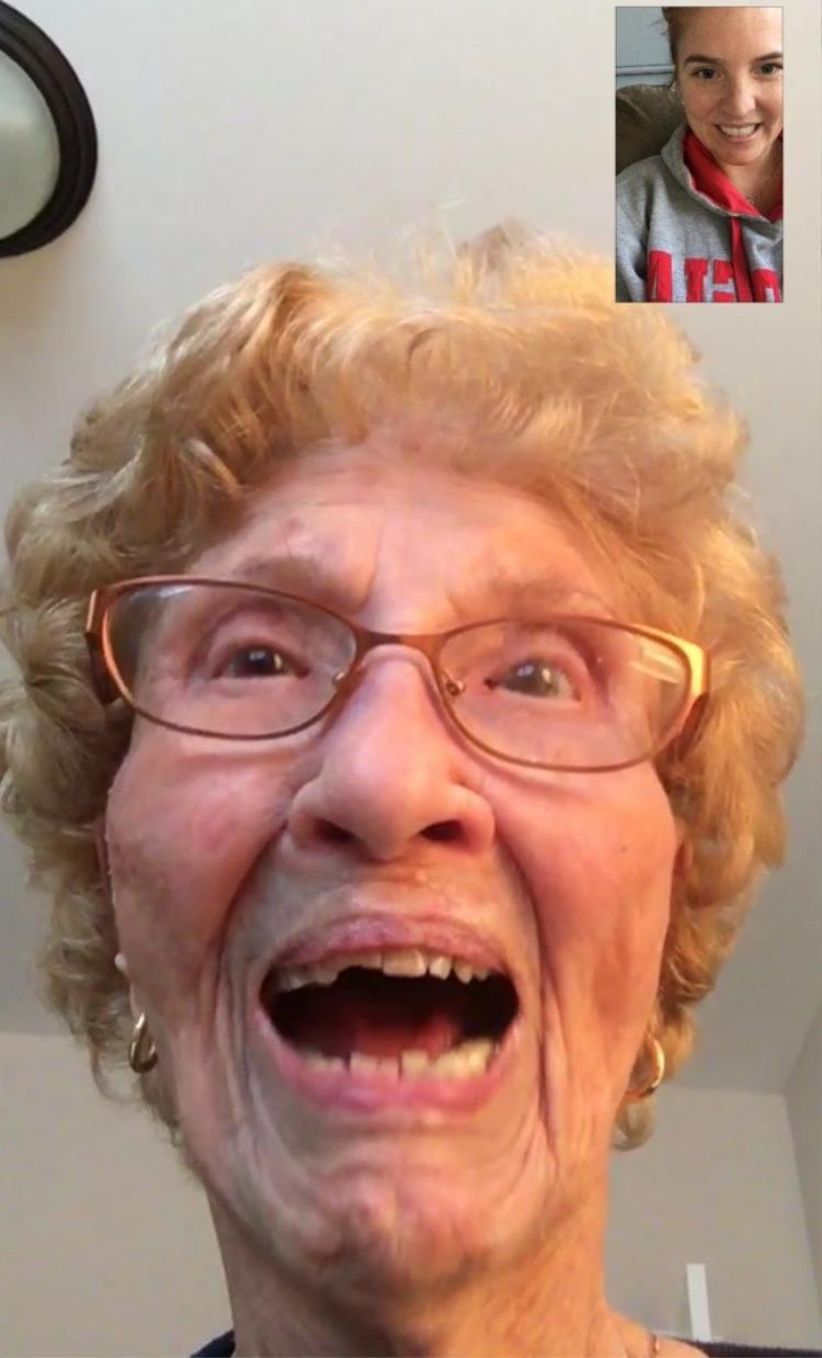 """""""Bà tôi năm nay 96 tuổi và lần đầu tiên sử dụng FaceTime""""."""