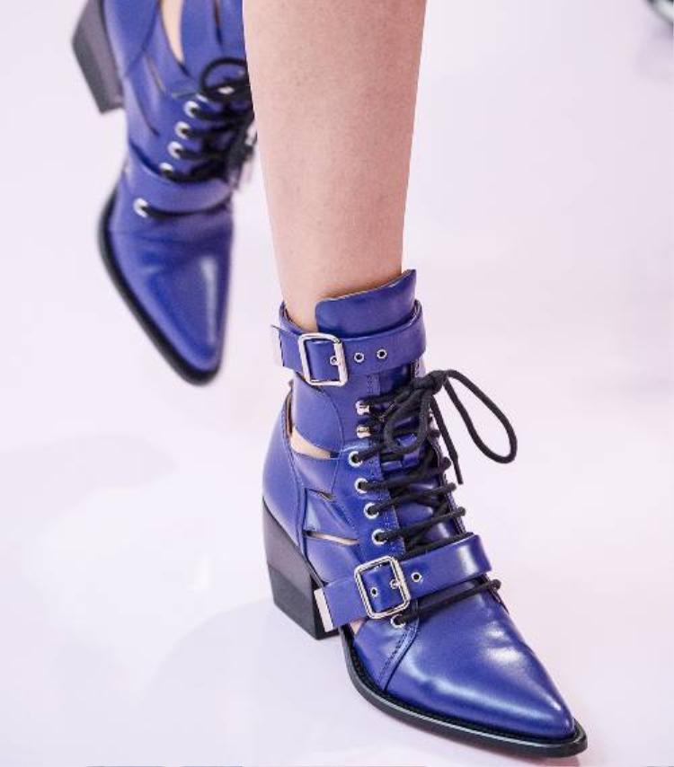 Đôi giày với hình dạng trông có vẻ khá nặng này phù hợp với các mức độ phong cách từ grungy sang bohemian.