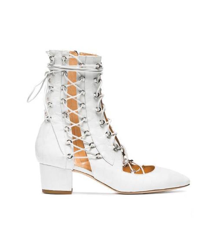 Boots kiểu chiến binh sắc trắng là sự lựa chọn thú vị cho ngày Xuân thêm cá tính.