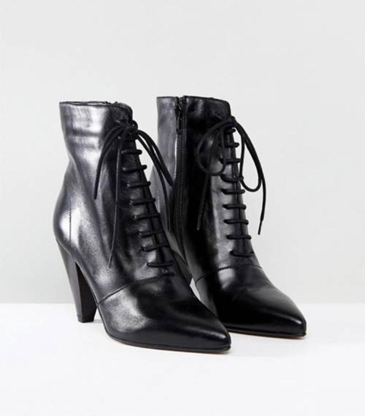 Giày đen luôn là sự lựa chọn cơ bản nhất trong mọi hoàn cảnh.