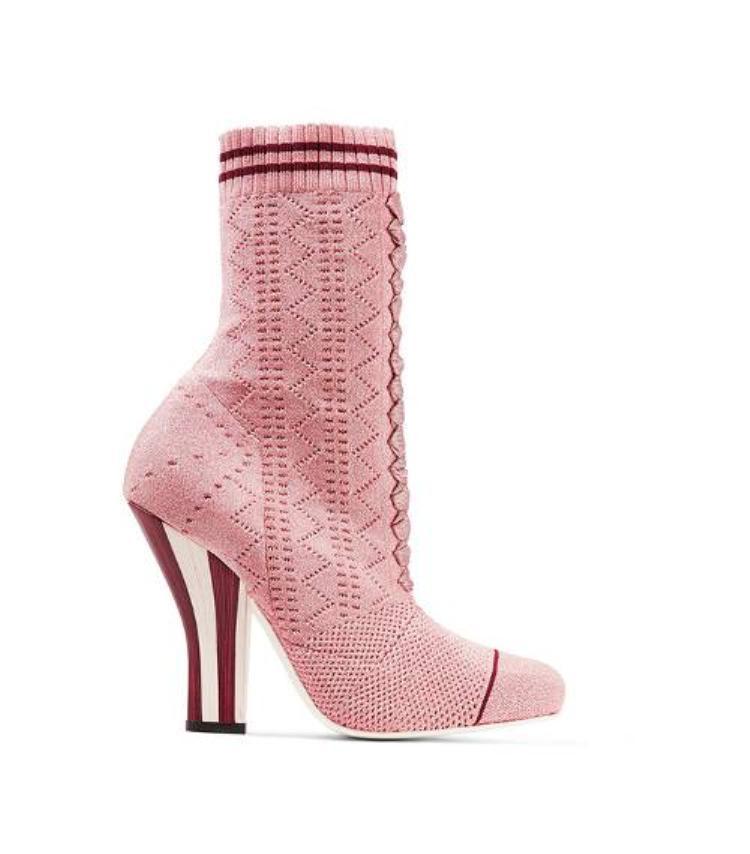 Ở những nơi thời tiết lạnh giá, đôi giày này sẽ tăng thêm sự ấm áp cho người mang.