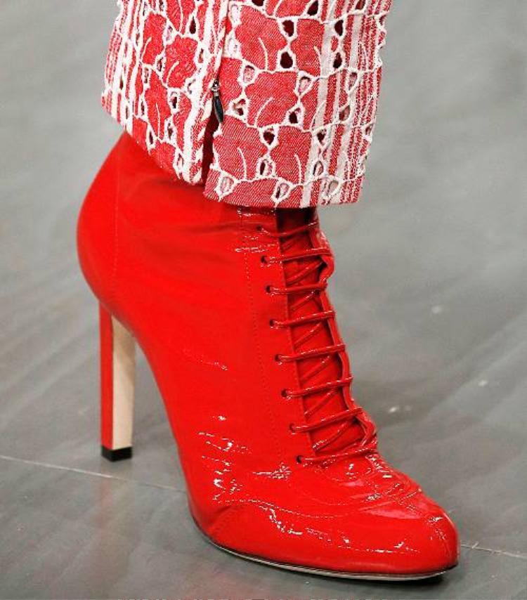 Giày da láng với tông màu đỏ rực thế này là một lựa chọn cực phù hợp với không khí Xuân, nó sẽ giúp bạn nổi bật hơn bao giờ hết!