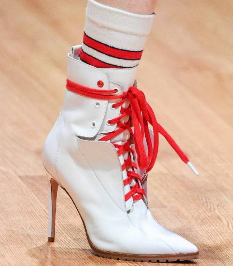 Một đôi giày gót nhọn mang dáng dấp thể thao có mặt khắp nơi. Mang một hình dạng thanh lịch cổ điển nhưng vẫn rất hiện đại, đây chắc chắn là đôi giày bạn nên cân nhắc lựa chọn trong mùa Xuân này.