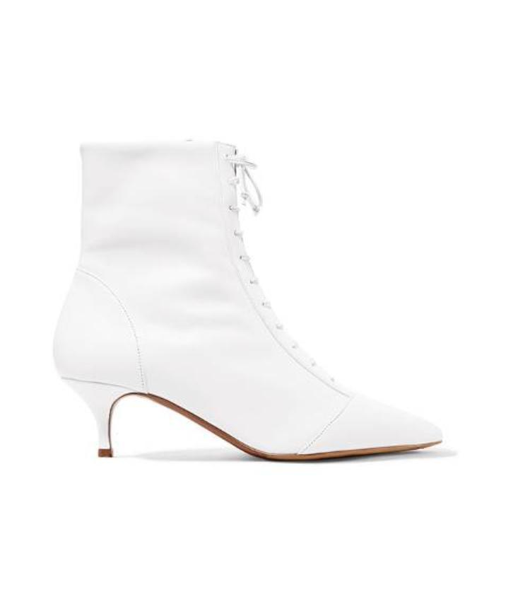 Giày boots trắng vẫn là một loại giày hoàn hảo trong mọi hoàn cảnh, và nhất là trong mùa Xuân nó càng tôn lên sự sang trọng, thanh lịch cho người mang.