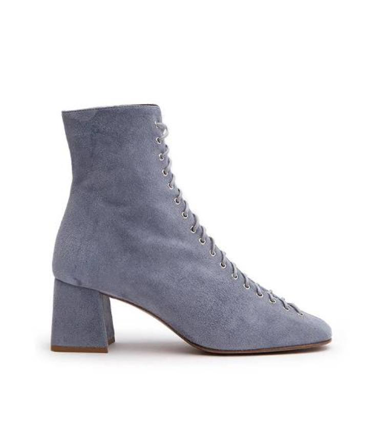 Giày da lộn dường như chưa bao giờ bị bỏ quên, một đôi giày tím sẽ hoàn hảo cho những nơi có khung cảnh nên thơ cùng những chiếc váy hoa bồng bềnh.