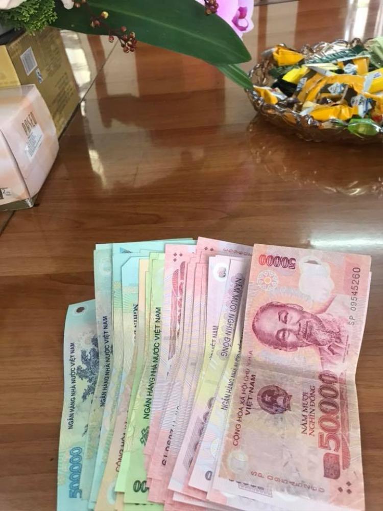 Đây là số tiền lì xì mà bạn Đức Tân nhận được. Chẳng biết cụ thể là bao nhiêu nhưng rõ ràng đây không phải là số tiền nhỏ.