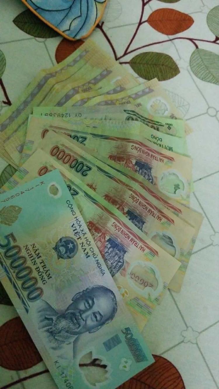 Bạn Nguyễn Duy Đạt (24 tuổi) cũng rất thích thú với số tiền 1.600.000 đồng mà bạn ấy nhận được trong ngày mùng 1 Tết.
