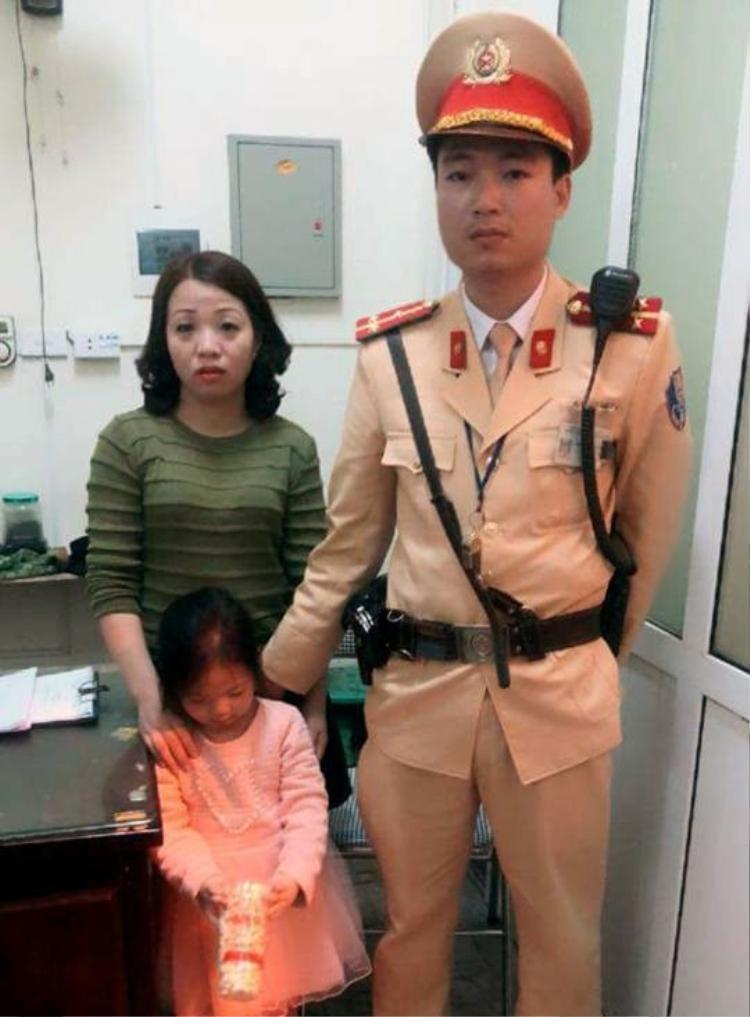 Cháu bé bị lạc được cơ quan CSGT giao lại cho mẹ.